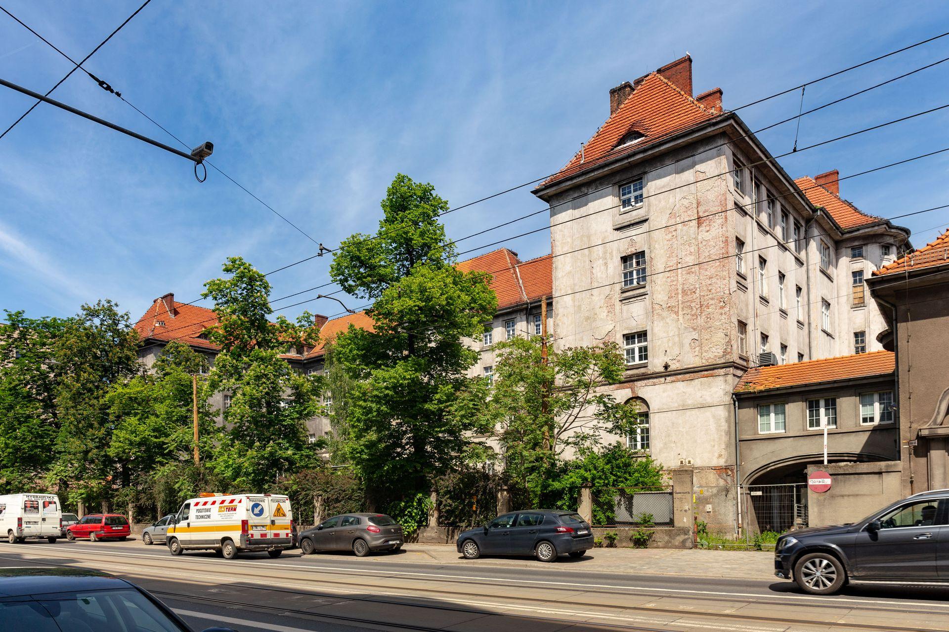 Wrocław: AmRest sprzedaje po latach zabytkowy szpital. Remontu nie zaczął