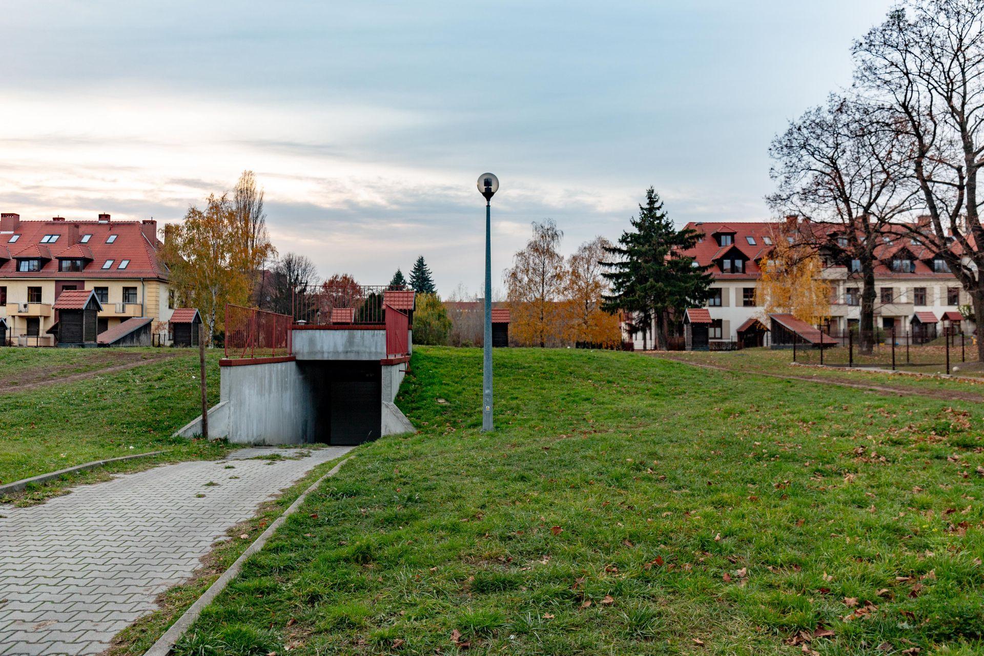 Wrocław: Z powojskowych terenów na granicy Partynic i Ołtaszyna zniknie garaż, a powstaną mieszkania