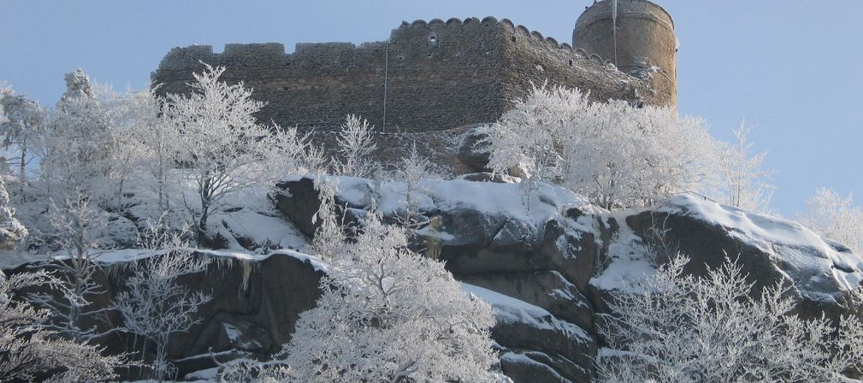 Foto: Savin~commonswiki (commons.wikimedia.org) – Zamek Chojnik zimą