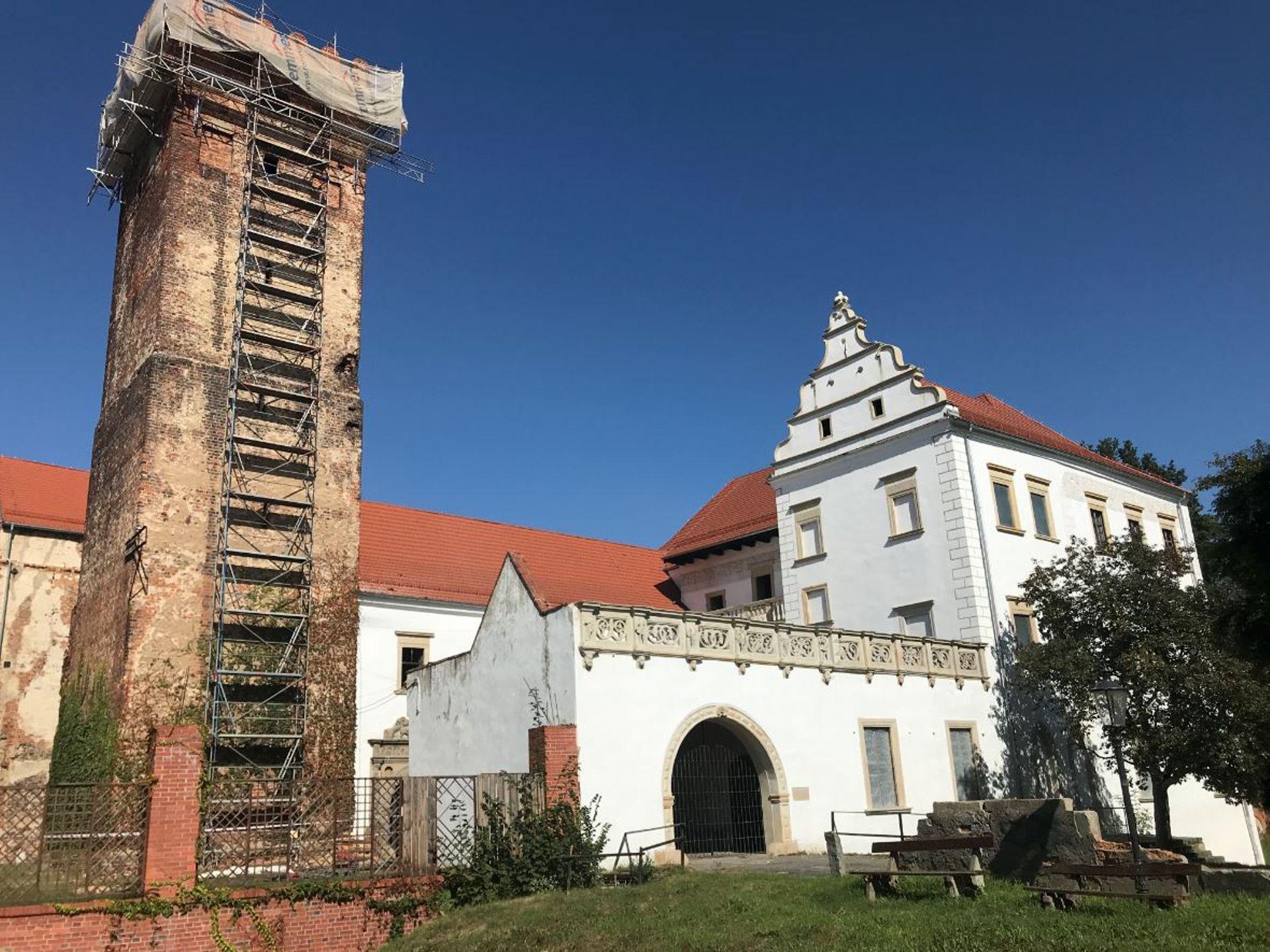 Zamek w Prochowicach powoli odzyskuje dawny blask. Ruszył remont wieży
