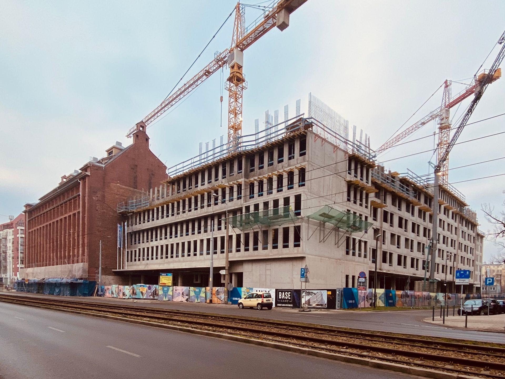 Trwa rewitalizacja zabytkowej piekarni Mamut w centrum Wrocławia. Obok powstaje nowy hotel
