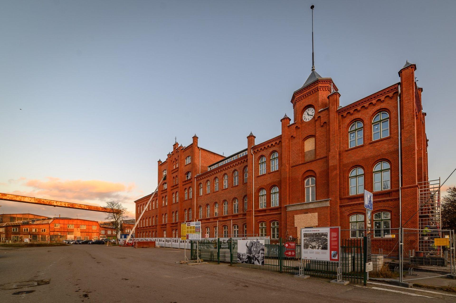 [Gdańsk] Budynek Dyrekcji Stoczni Gdańskiej odzyskuje należyty blask
