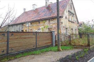 Wrocław: Zabytkowy dom na Swojczycach sprzedany. Pod młotek trafią następne