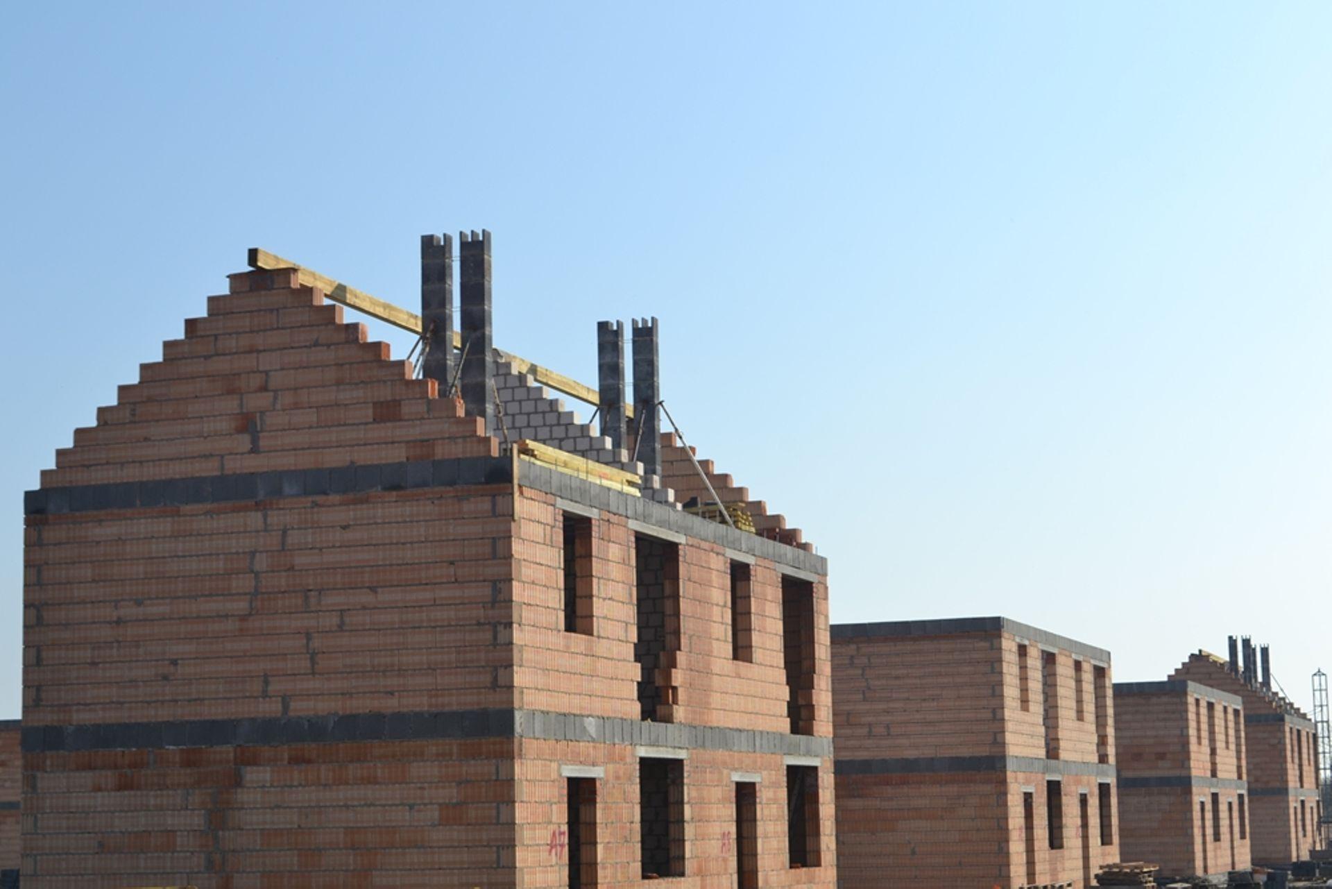[wielkopolskie] Trwa montaż więźby dachowej w domach w Zielonych Rabowicach