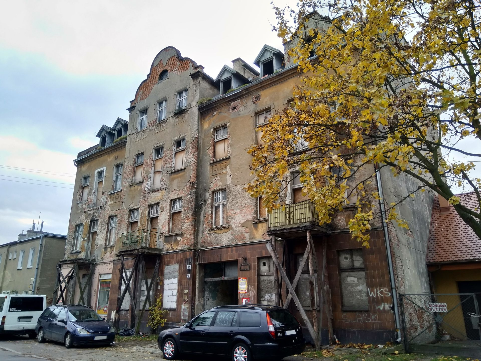 Wrocław: Zabytkowa, niszczejąca miejska kamienica na Karłowicach zostanie sprzedana