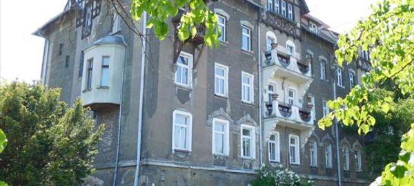 Wrocław: Zabytkowy budynek na Zaciszu dalej niszczeje. Inwestor kupił i sprzedaje drożej