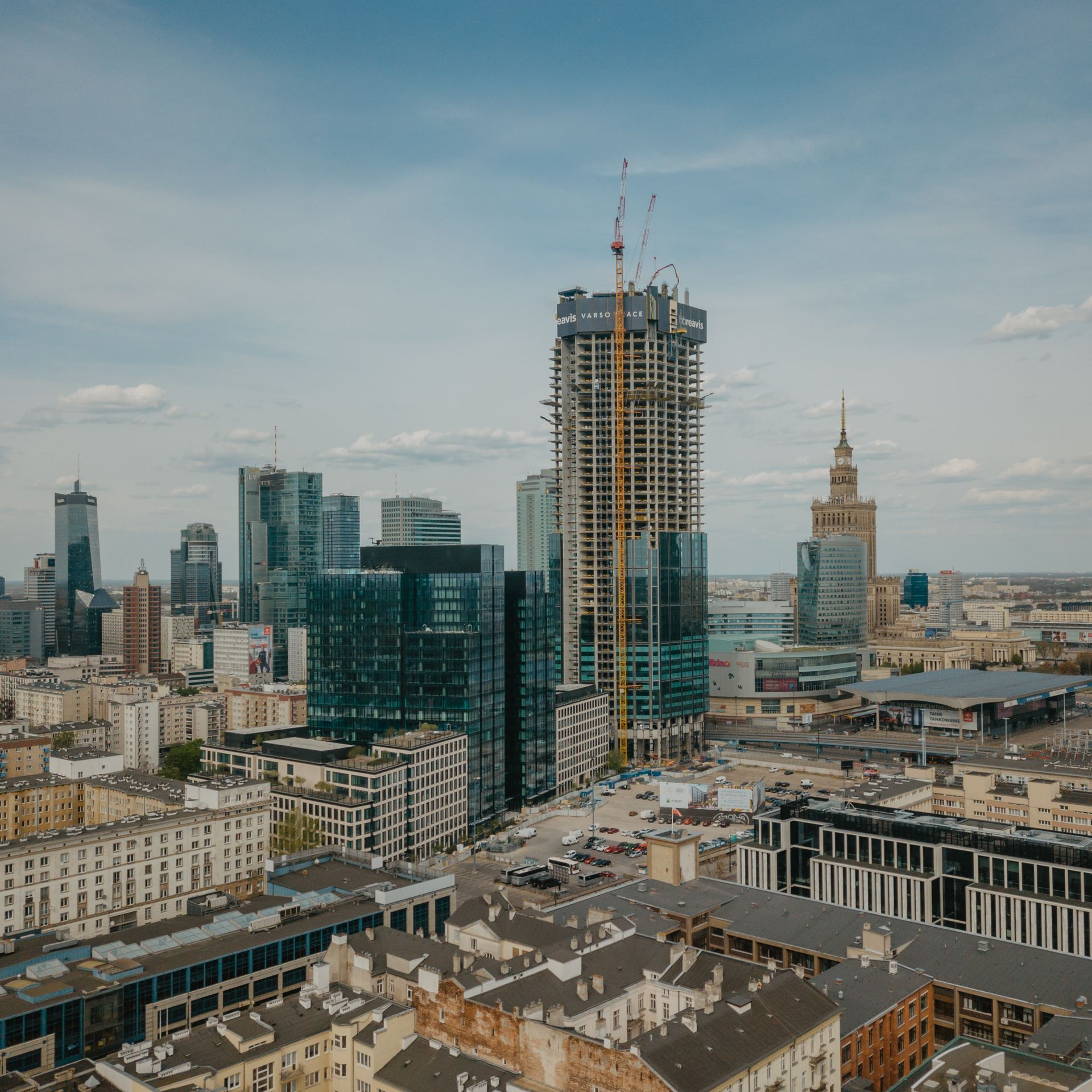 Warszawa: Varso Tower – najwyższy budynek w UE pnie się w górę mimo pandemii koronawirusa [FILM]