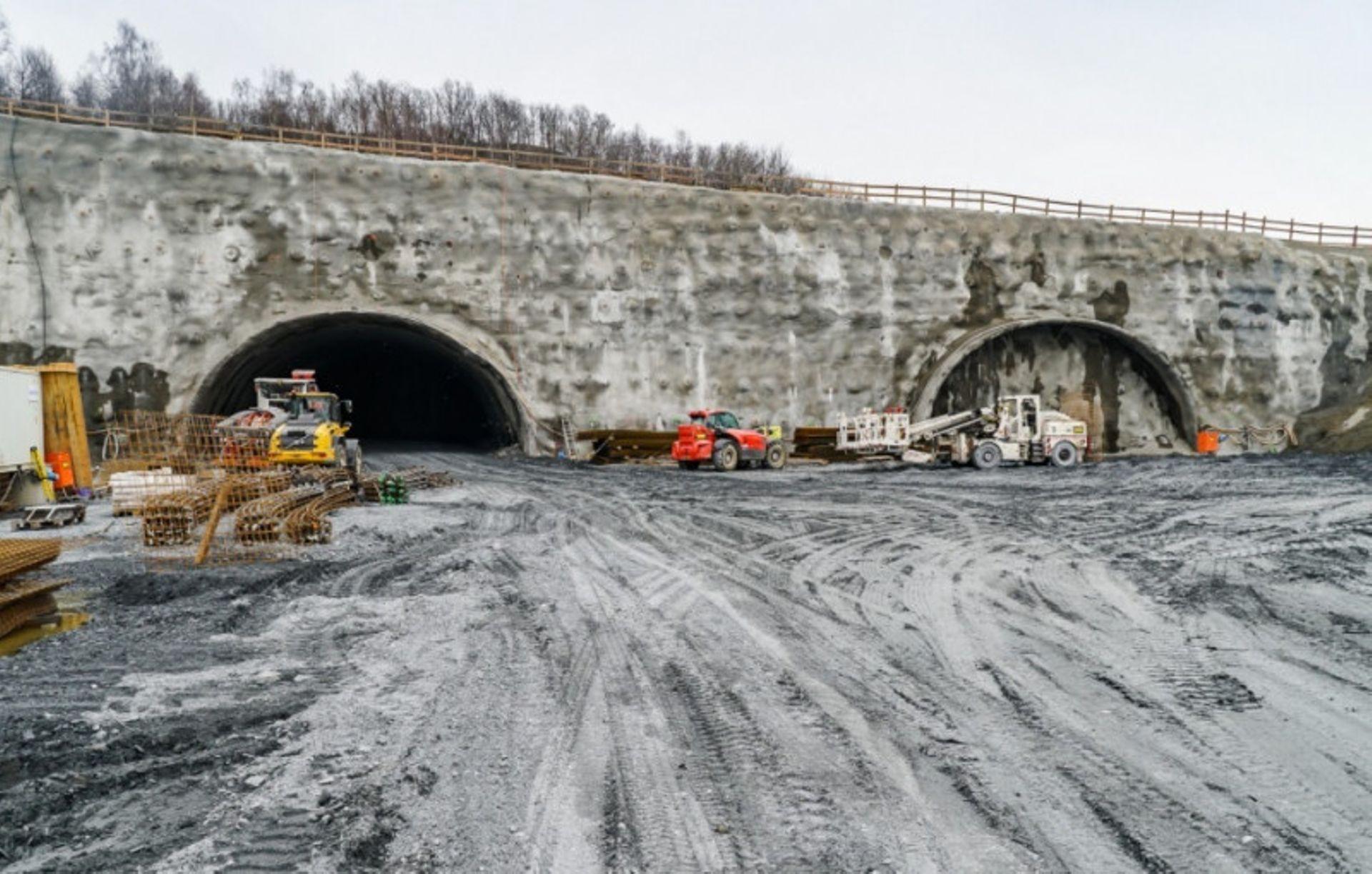 Tunel budowany na trasie S3 przecinający pasmo Gór Wałbrzyskich i Kaczawskich jest coraz dłuższy [FOTO]