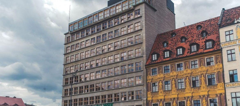 Budynek banku na rynku