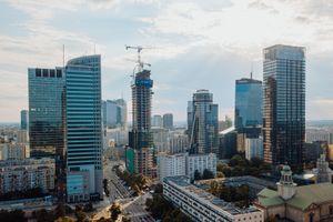 W centrum Warszawy trwa budowa 155-metrowego wieżowca Skysawa [FILM]