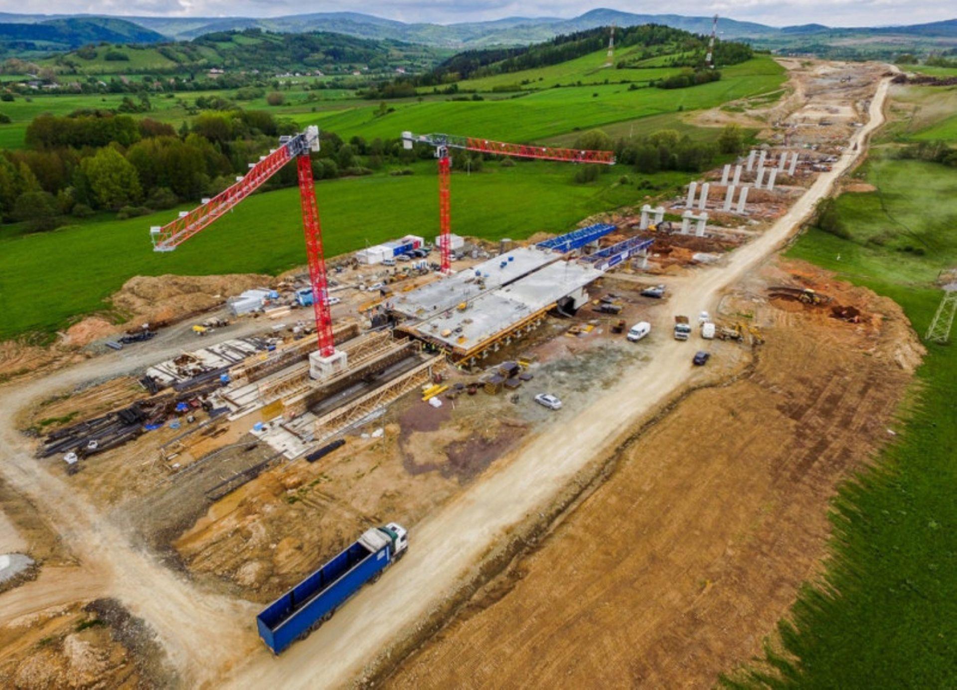 Postępy pracy przy budowie drogi ekspresowej S3 pomiędzy Kamienną Górą a Lubawką