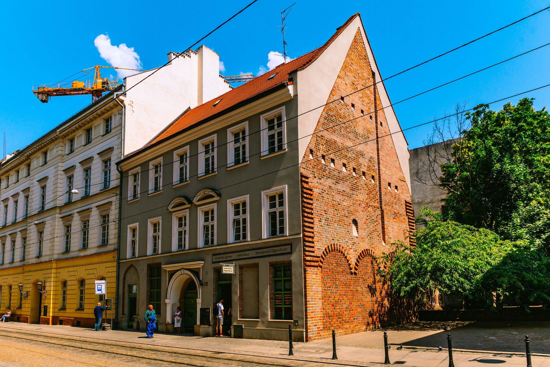Wrocław: Kilkusetletnia kamienica w pobliżu Rynku sprzedana. Cena wywoławcza przebita o 2,5 miliona