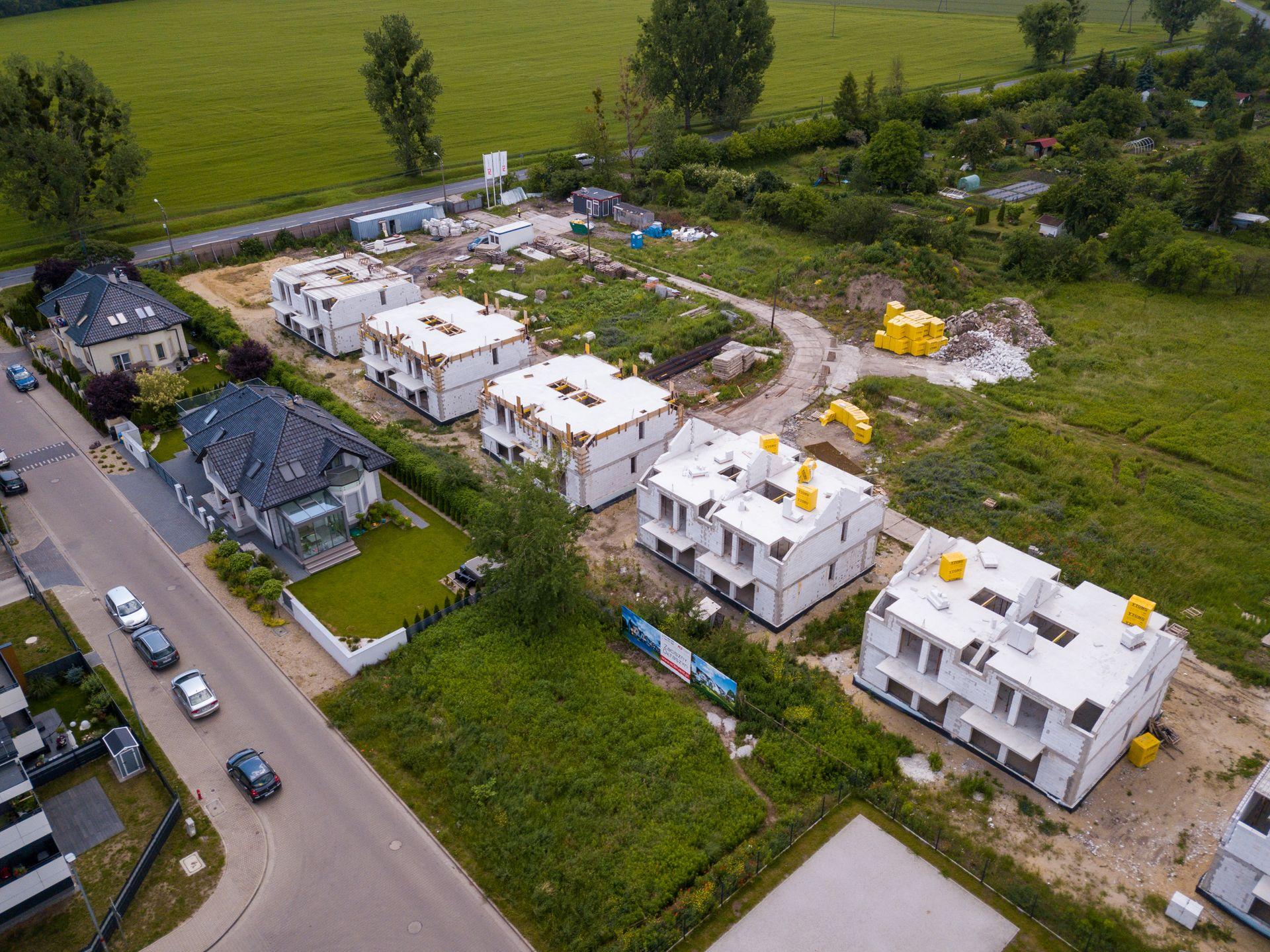 Wrocław: Zaciszny Ołtaszyn – osiedle luksusowych domów od M3 Invest nabiera kształtów [FILM]