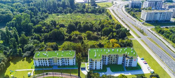 Kraków: W Parku Lotników – Matejek stawia w Czyżynach apartamentowce wśród drzew [WIZUALIZACJE]