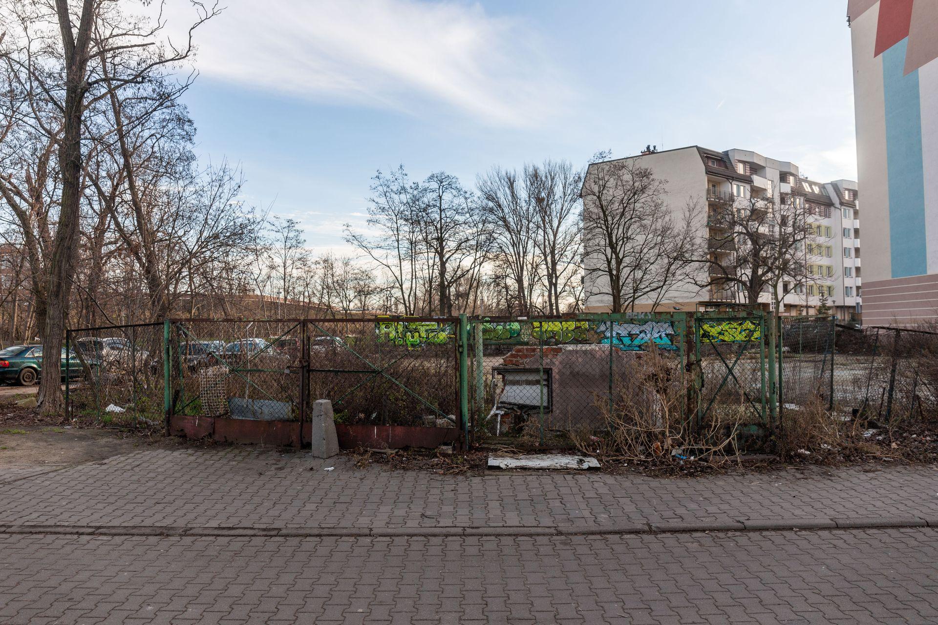 Wrocław: Garaży nad Oławą już nie ma. W ich miejsce ma powstać blok z usługami