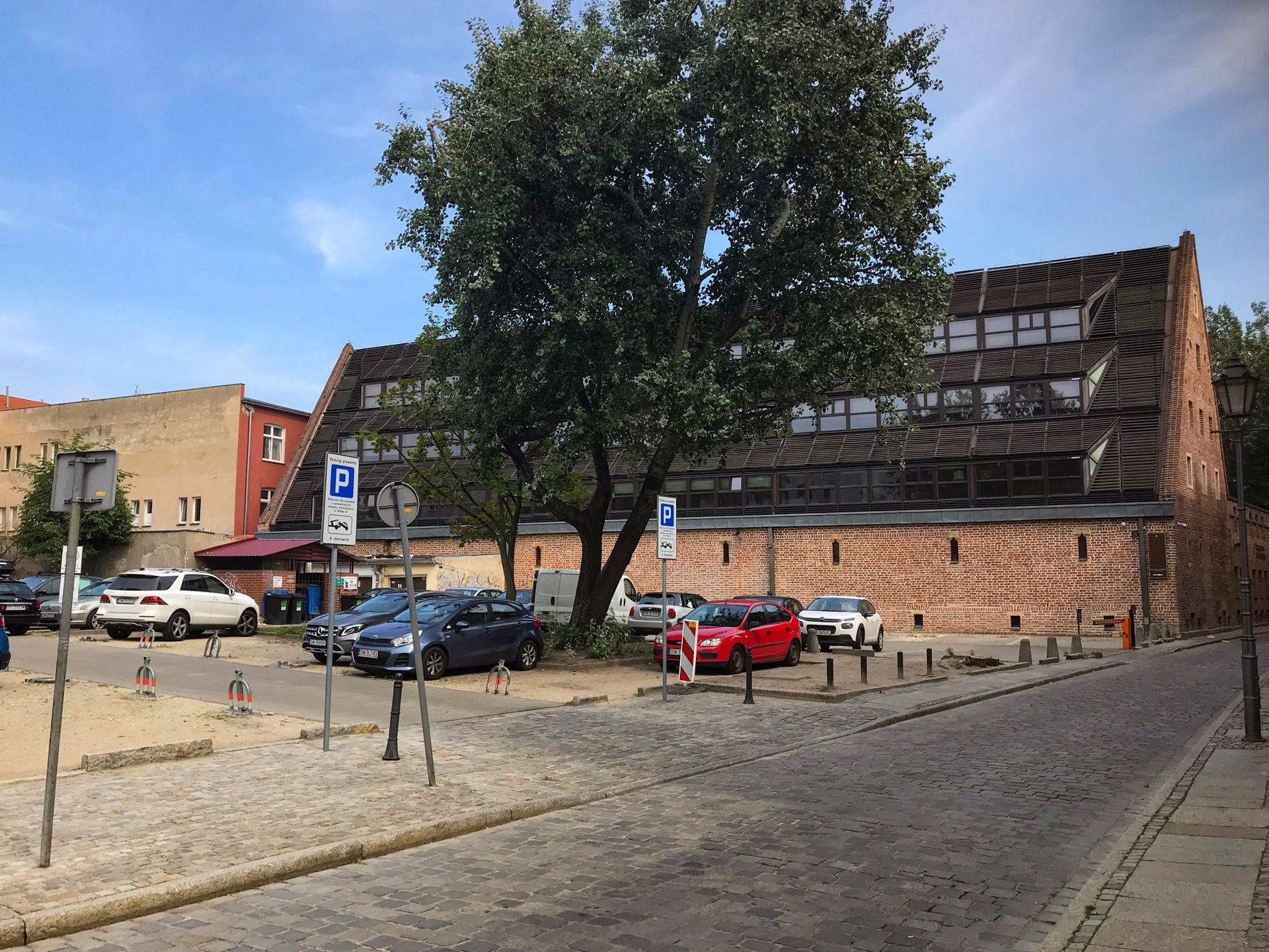 Wrocław: Więcej mieszkań czy usług na Starym Mieście? Grunt z parkingiem trafi pod młotek