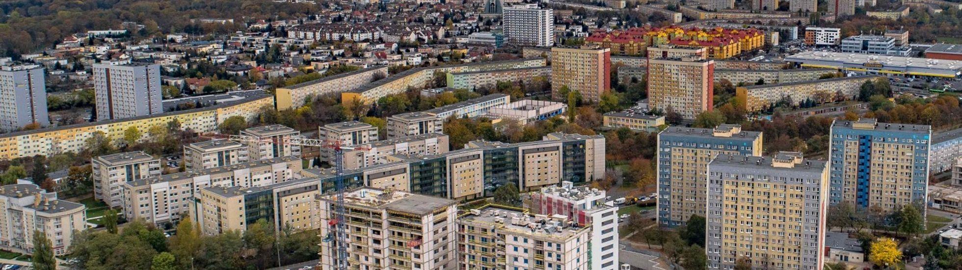 [Poznań] Ostatni budynek na osiedlu Nowych Kosmonautów w Poznaniu z wiechą